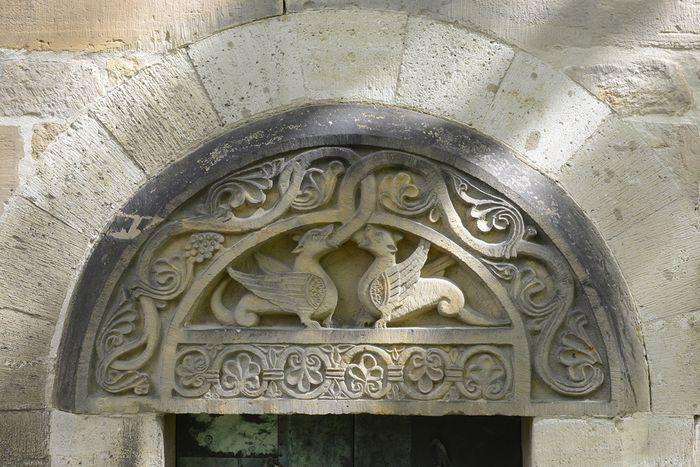 Abb. 1: Tympanon über dem südlichen Schiffsportal. © Landesamt für Denkmalpflege und Archäologie Sachsen-Anhalt, Gunnar Preuß.