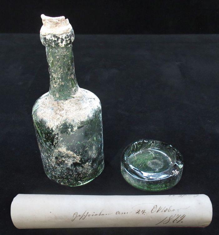 Abb. 13: Die andere Flasche konnte dagegen vollständig geborgen werden. Sie enthielt ebenfalls eine Papierbanderole. Hier der Zustand nach der Öffnung der Flasche in der Werkstatt des Landesamt für Denkmalpflege und Archäologie. © Landesamt für Denkmalpflege und Archäologie Sachsen-Anhalt, Heiko Breuer.