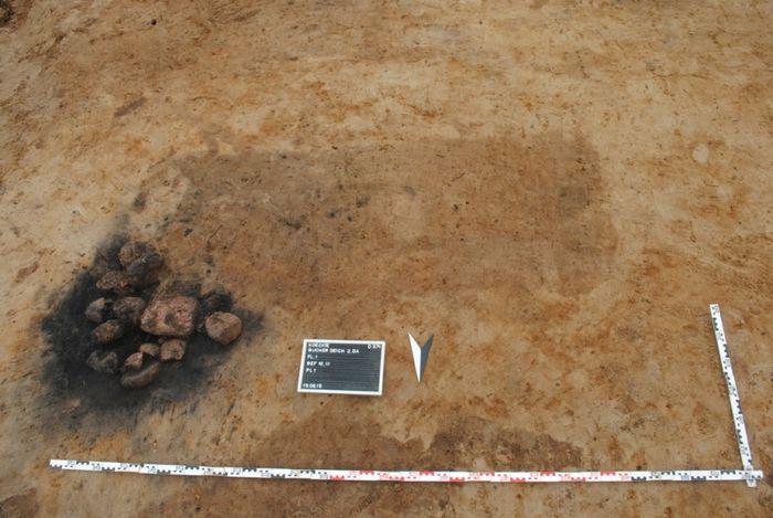 Abb. 16: Überlagerung einer vorgeschichtlichen Feuerstelle durch ein mittelalterliches Grab. © Landesamt für Denkmalpflege und Archäologie Sachsen-Anhalt, Dorothee Menke.