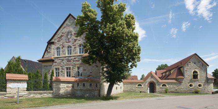 Abb. 1: Blick auf den Gutshof. Links das Hauptgebäude, rechts das Stallgebäude. © Landesamt für Denkmalpflege und Archäologie Sachsen-Anhalt, Gunnar Preuß.