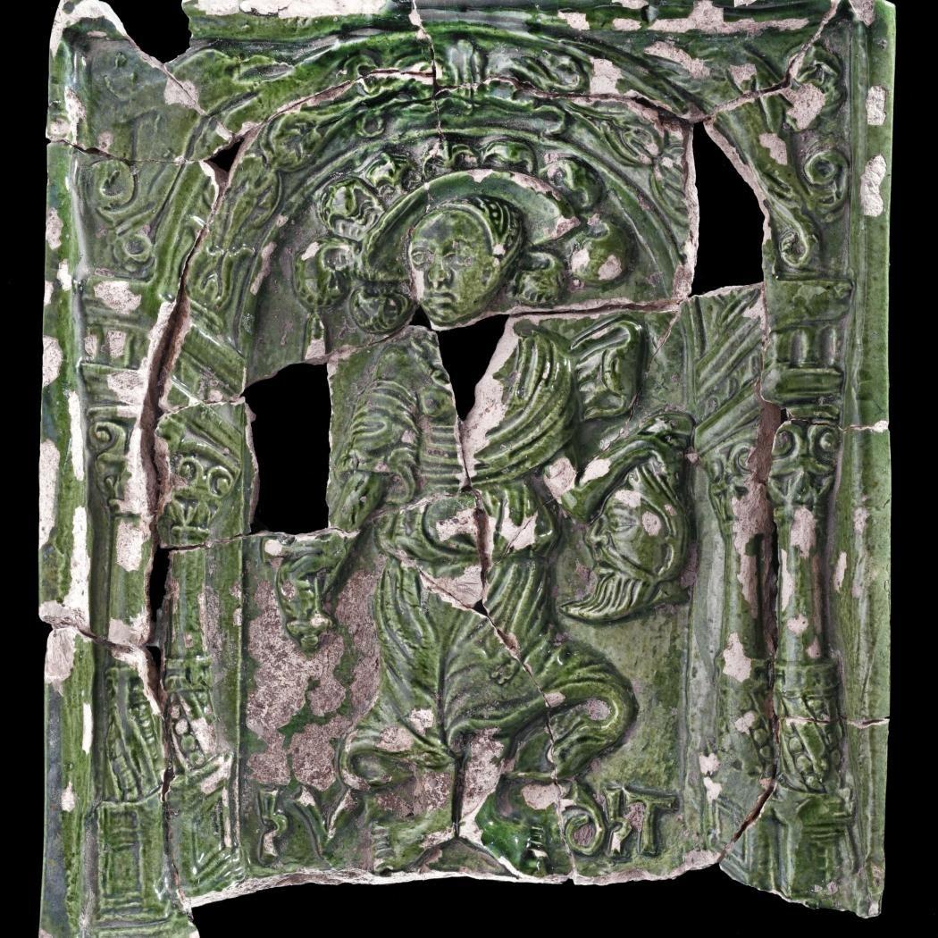 Grün glasierte Ofenkachel: Judith mit dem Haupt des Holofernes. © Landesamt für Denkmalpflege und Archäologie Sachsen-Anhalt, Andrea Hörentrup.