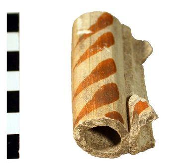 Abb. 4: Fragment eines keramischen Blasinstrumentes von Markt 4, Wittenberg.  © Landesamt für Denkmalpflege und Archäologie Sachsen-Anhalt, Ralf Kluttig-Altmann.