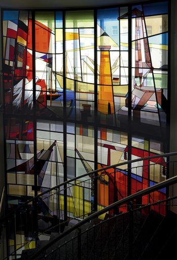 Abb. 1: Detail der monumentalen Fensterwand mit maritimen Motiven. © Landesamt für Denkmalpflege und Archäologie Sachsen-Anhalt, Gunnar Preuß.
