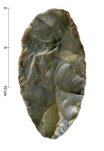 Abb. 6a: Der neue Faustkeil aus der südlichen Goitzsche, Dorsalseite. © Landesamt für Denkmalpflege und Archäologie Sachsen-Anhalt, Andrea Hörentrup.