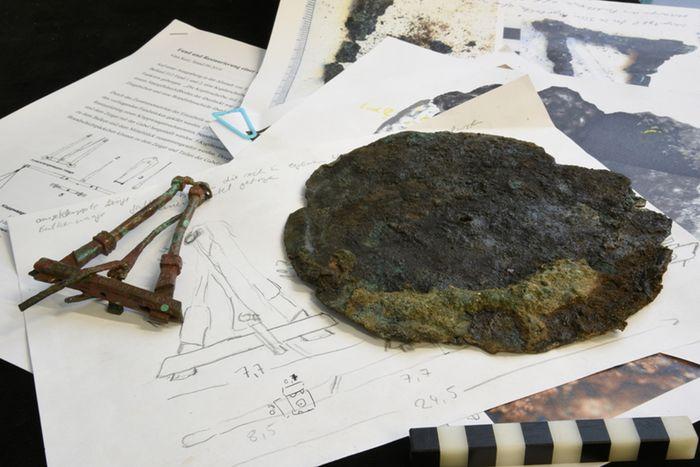 Abb. 10: Endzustand; Waage mit Untersuchungsunterlagen. © Landesamt für Denkmalpflege und Archäologie Sachsen-Anhalt, Vera Keil.