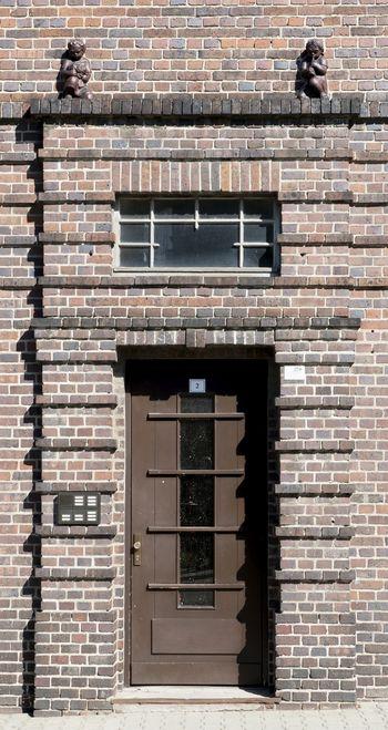 Abb. 2: Ein Eingangsbereich des Wohnkomplexes mit aufwendiger Fassadengliederung. © Landesamt für Denkmalpflege und Archäologie Sachsen-Anhalt.