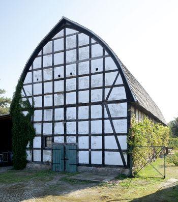 Abb. 1: Außenansicht des Schafstalls mit dem bogenförmigen Dach. © Landesamt für Denkmalpflege und Archäologie Sachsen-Anhalt, Gunnar Preuß.