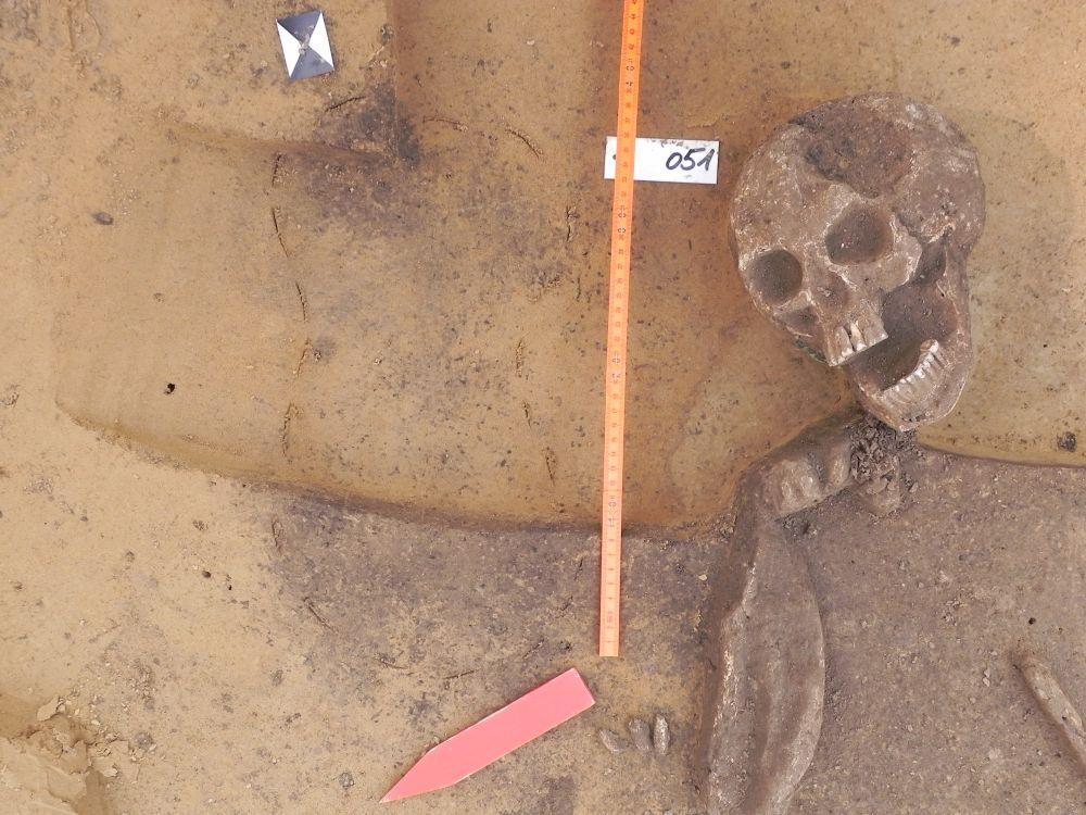 Abb. 4: Grab eine jungen Frau. Neben der Toten wurden die Reste eines Säuglings entdeckt. © Landesamt für Denkmalpflege und Archäologie Sachsen-Anhalt.