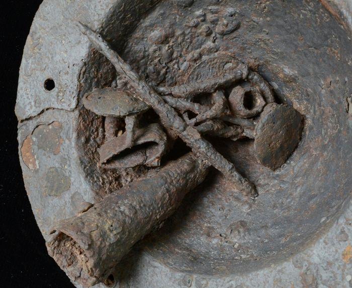 Abb. 11: Schildbuckelinnenseite während der Freilegung – Zwischenzustand. © Landesamt für Denkmalpflege und Archäologie Sachsen-Anhalt, Vera Keil.