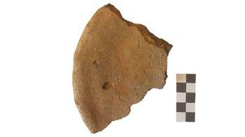 Abb. 5: Ein Backtellerfragment aus einem Grubenhaus © Landesamt für Denkmalpflege und Archäologie Sachsen-Anhalt, Claudia Schaller.