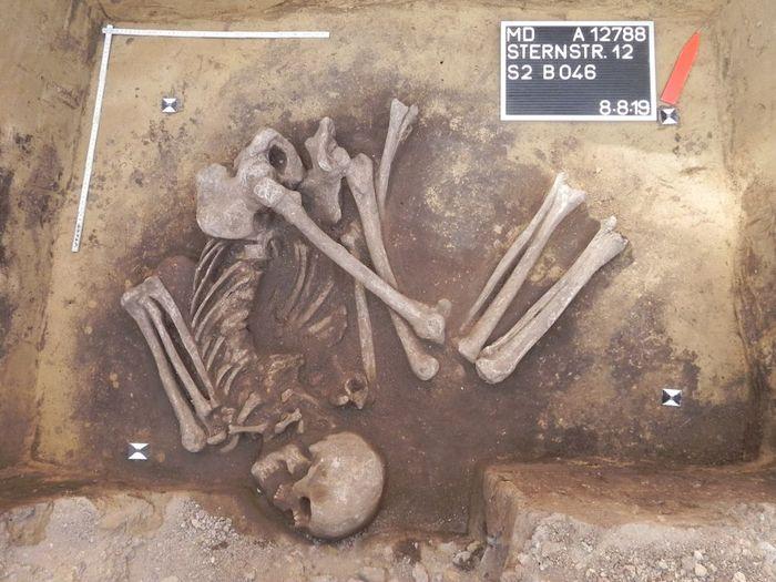 Abb. 2: Männliche Sonderbestattung. © Landesamt für Denkmalpflege und Archäologie Sachsen-Anhalt.