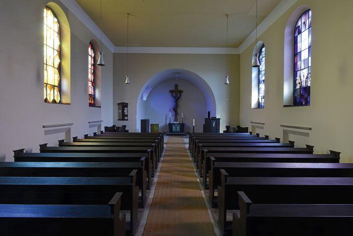 Abb. 1: Blick in die Lutherkirche mit den seitlichen Glasfenstern von Ina Hoßfeld. © Landesamt für Denkmalpflege und Archäologie Sachsen-Anhalt, Gunnar Preuß.