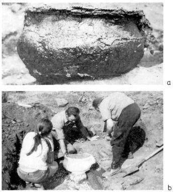 Abb. 1: Kessel bei der Bergung, a: gefestigt, b: eingegipst. Schmidt/Nitzschke 1989, 196, Tafel 96.
