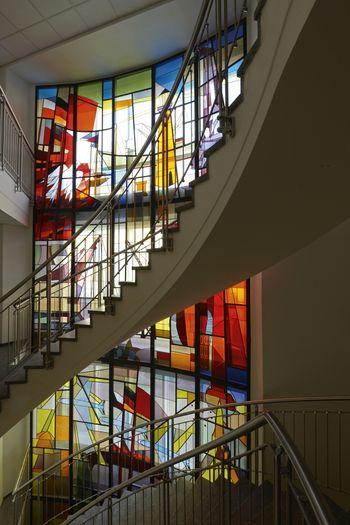 Abb. 2: Gesamtansicht der Glaswand im Treppenhaus des ehemaligen Gewerkschaftshaus.  © Landesamt für Denkmalpflege und Archäologie Sachsen-Anhalt, Gunnar Preuß.