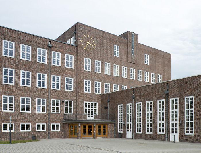 Abb. 1: Ansicht des Schulgebäudes mit dem massivem Eckturm der L-förmigen Anlage. © Landesamt für Denkmalpflege und Archäologie Sachsen-Anhalt.
