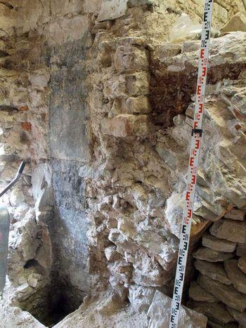 Abb. 2: Zeitz, Schloss Moritzburg: Reste des abgebrochen Kaminschachtes mit Rauchspuren an der Wand. © Olaf Karlson, Büro für historische Bauforschung, Halle.