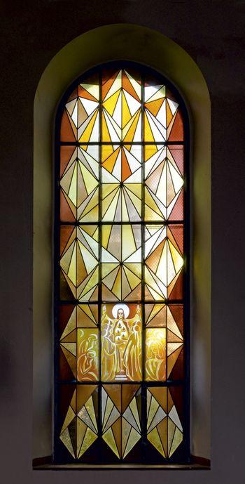Abb. 2: Glasfenster mit der Darstellung des Gleichnisses der klugen und törichten Jungfrauen. © Landesamt für Denkmalpflege und Archäologie Sachsen-Anhalt, Gunnar Preuß.
