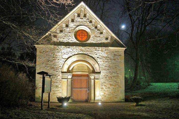 Abb. 4: Die Kapelle von Marienborn bei Nacht. Foto: Kay Zacharias.