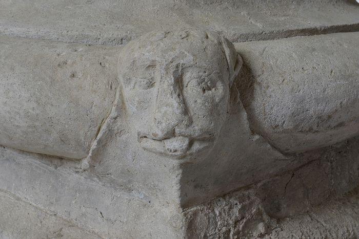 Abb. 2: Eckzier in Löwenkopfform an der westlichen Säule der Südarkade.  © Landesamt für Denkmalpflege und Archäologie Sachsen-Anhalt, Gunnar Preuß.