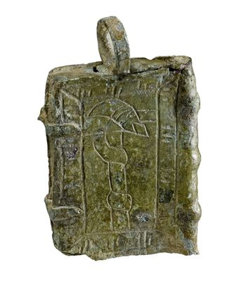 Abb. 2: Anhänger aus Zeitz, Rückseite mit Darstellung der ehernen Schlange. © Landesamt für Denkmalpflege und Archäologie Sachsen-Anhalt, Andrea Hörentrup.