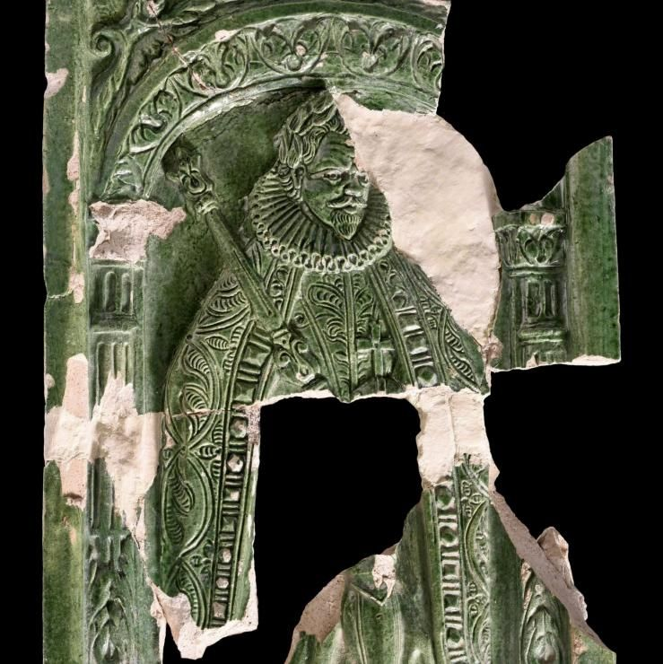 Grün glasierte Ofenkachel mit Darstellung Kaiser Ferdinands I. © Landesamt für Denkmalpflege und Archäologie Sachsen-Anhalt, Andrea Hörentrup.