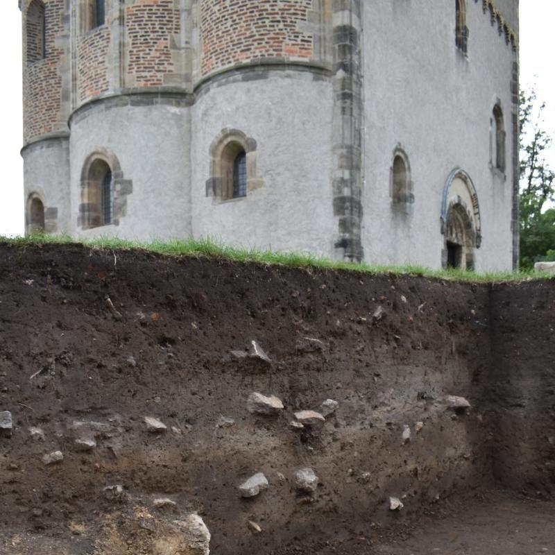 Blick aus der Grabungsfläche mit verschiedenen mittelalterlichen Planierschichten in Richtung Kapelle. © Landesamt für Denkmalpflege und Archäologie Sachsen-Anhalt, Katja Grüneberg-Wehner.