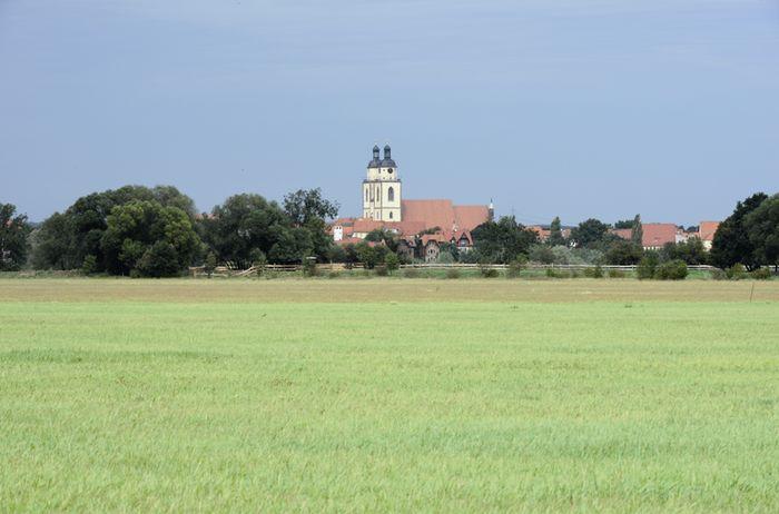 Abb. 1: Heutige Elbansicht mit der Stadtkirche St. Marien. © Landesamt für Denkmalpflege und Archäologie Sachsen-Anhalt, Gunnar Preuß.