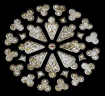 Abb. 2: Gotische Glasfenster mit Darstellung von unter anderem Weinlaub und drachenköpfigen geflügelten Fabelwesen.  © Landesamt für Denkmalpflege und Archäologie Sachsen-Anhalt, Gunnar Preuß.