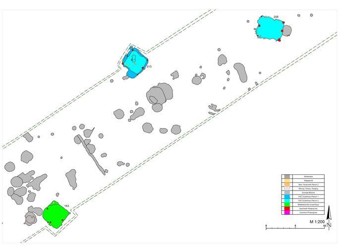 Abb. 4: Ausschnitt aus dem Grabungsplan der Fundstelle 34 mit zwei spätvölkerwanderungszeitlichen und einem mittelslawischen Grubenhaus. © Landesamt für Denkmalpflege und Archäologie Sachsen-Anhalt, A. Hielscher.