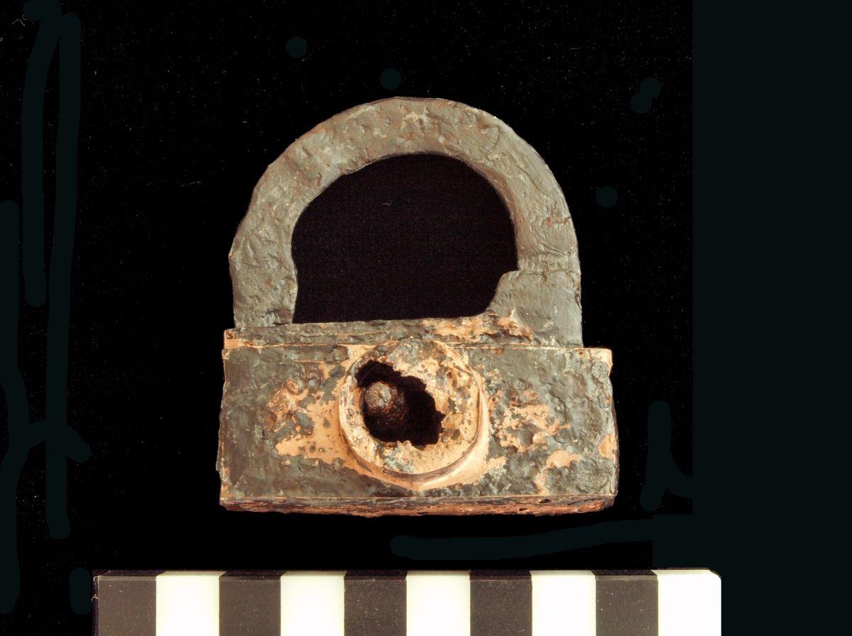 Abb. 5b: Schloss aus der Brandschicht (15./16 Jahrhundert) – nach der Restaurierung. © Landesamt für Denkmalpflege und Archäologie Sachsen-Anhalt, I. Brandt.