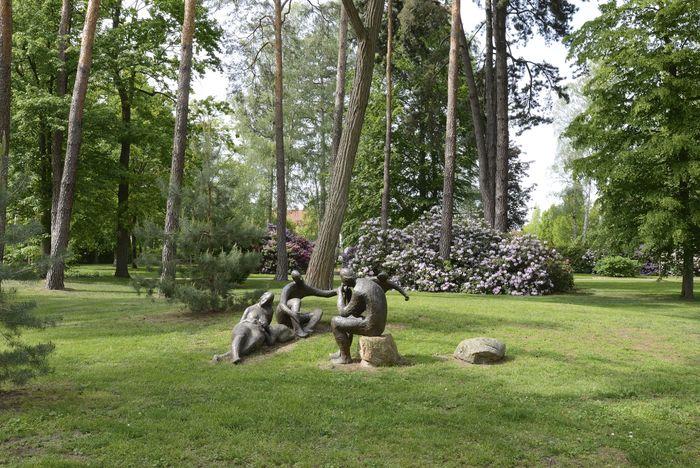 Abb. 1: Skulpturen und Rhododendron-Büsche im Kurpark Bad Schmiedeberg. © Landesamt für Denkmalpflege und Archäologie Sachsen-Anhalt, Gunnar Preuß.