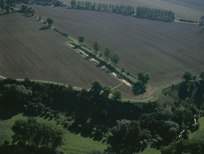 Abb. 1: Das Lufbild zeigt den Geländesporn mit Steilabfall zum Olbetal. © Landesamt für Denkmalpflege und Archäologie Sachsen-Anhalt, Ralf Schwarz.