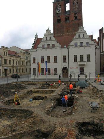 Abb. 1: Stendal, Markt; Grabungsübersicht; April 2016. © Landesamt für Denkmalpflege und Archäologie Sachsen-Anhalt.