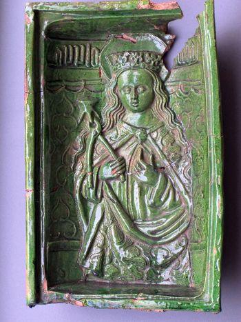Abb. 2: Nischenkachel mit der Darstellung der heiligen Apollonia. © Landesamt für Denkmalpflege und Archäologie Sachsen-Anhalt, Johanna Reetz.