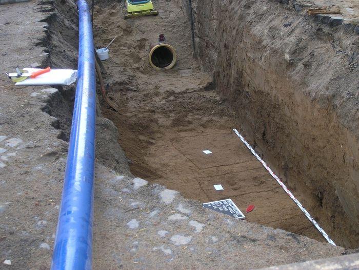 Abb. 2: Grabungssituation mit Rohrvortrieb und Grablagen. © Landesamt für Denkmalpflege und Archäologie Sachsen-Anhalt.