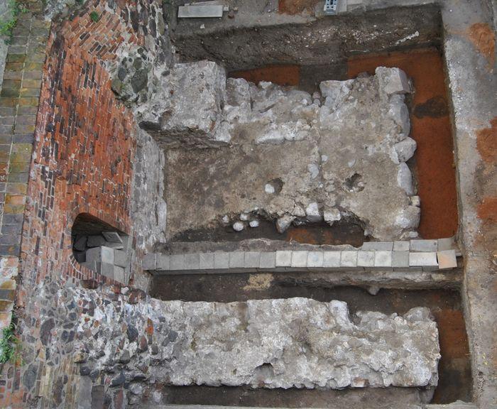 Abb. 16: Freigelegtes Turmfundament westlich der mittelalterlichen Stadtmauer. © Landesamt für Denkmalpflege und Archäologie Sachsen-Anhalt, H. Lauer.