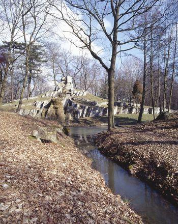 Abb. 1: Künstlich angelegter Wasserfall im Stadtpark Tangerhütte. © Landesamt für Denkmalpflege und Archäologie Sachsen-Anhalt, R. Ulbrich.