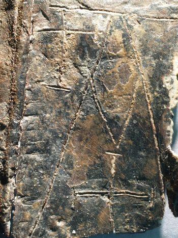 Abb. 4: Alpha-Darstellung auf der Außenfläche des Täfelchens. © Landesamt für Denkmalpflege und Archäologie Sachsen-Anhalt, Juraj Lipták.