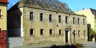 Abb. 6: Das Gebäude vor dem Abriss. Rittergut Calbe, Dieter H. Steinmetz CC-by-sa 2.0/de.