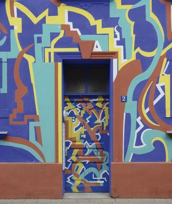 Abb. 2: Expressive Farbgestaltung ausgehend von der Eingangstür am sogenannten Blitz-Haus. © Landesamt für Denkmalpflege und Archäologie Sachsen-Anhalt, Gunnar Preuß.
