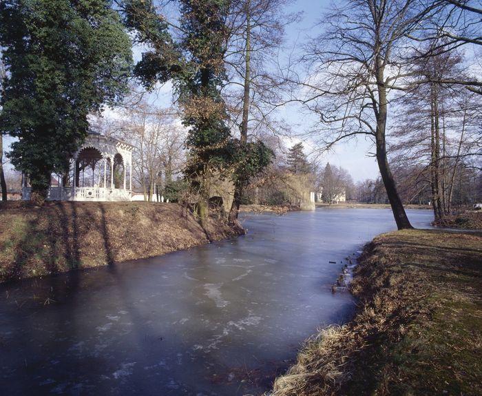 Abb. 2: Schwanenteich mit gusseisernem Pavillon. © Landesamt für Denkmalpflege und Archäologie Sachsen-Anhalt, R. Ulbrich.