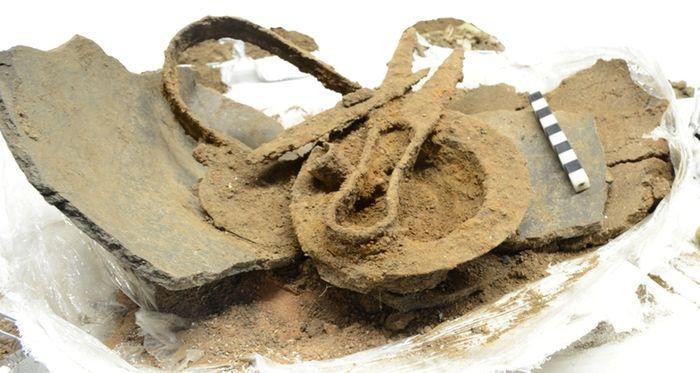 Abb. 2: Eisenfunde auf dem Urnenboden. © Landesamt für Denkmalpflege und Archäologie Sachsen-Anhalt, Marianne Ide.