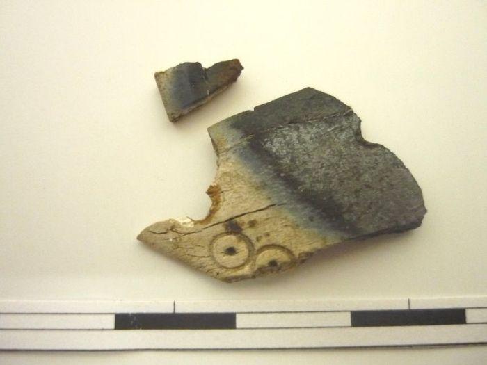 Abb. 5: Befund 17. Knochenkamm mit Kreisaugenverzierung. © Landesamt für Denkmalpflege und Archäologie Sachsen-Anhalt, Brigitte Schiefer.