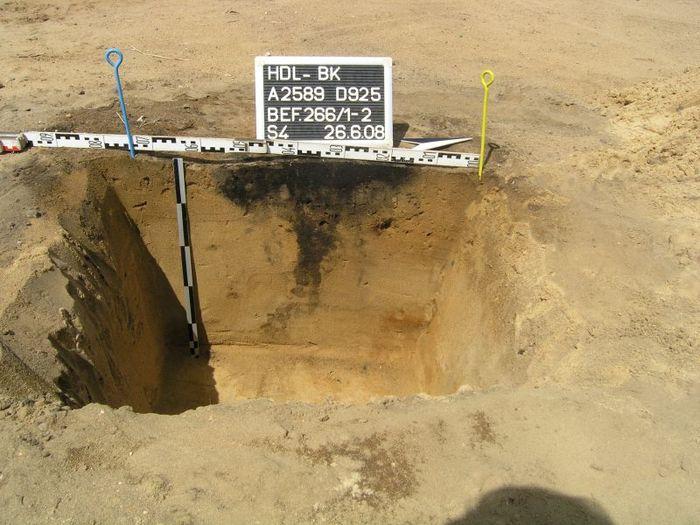 Abb. 3: Haldensleben Südhafen, Grab 1/Befund 266 (2598:266), Brandschüttungsgrab. Hier, wie auch bei Befund 275, wurde der Leichenbrand nicht in einer Urne bestattet. Vermutlich wurde stattdessen ein organisches Gefäß verwendet, das sich nicht im Boden erhalten hat. © Landesamt für Denkmalpflege und Archäologie Sachsen-Anhalt, Klaus Bentele.