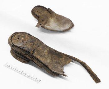 Abb. 8: Gegenüberstellung des kleinsten und des größten Schuhs des Wittenberger Fundes. © Landesamt für Denkmalpflege und Archäologie Sachsen-Anhalt, Heiko Breuer.