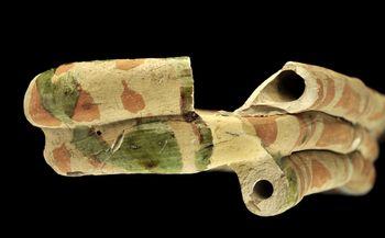 Abb. 3: Detail der Wittenberger Fanfare mit abgebrochenem Mundstück (unten) und Glasurspuren. © Landesamt für Denkmalpflege und Archäologie Sachsen-Anhalt, Andrea Hörentrup.