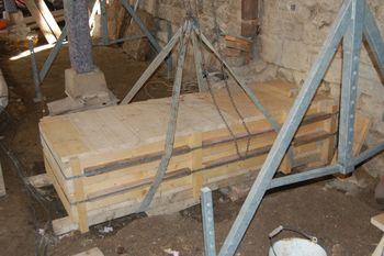 Abb. 3: Während der Bergung des etwa 900 kg schweren Fundstücks. © Landesamt für Denkmalpflege und Archäologie Sachsen-Anhalt, Torsten Arnold.