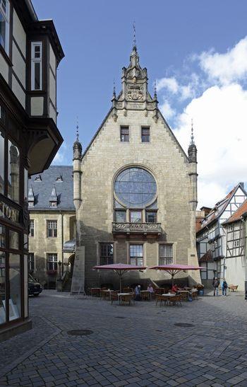 Abb. 1: Außensicht des Rathausanbaus mit Blick auf das monumentale Glasbild.  © Landesamt für Denkmalpflege und Archäologie Sachsen-Anhalt, Gunnar Preuß.