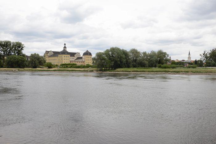 Abb. 1: Schloss Coswig mit der Elbe im Vordergrund. © Landesamt für Denkmalpflege und Archäologie Sachsen-Anhalt, R. Ulbrich.