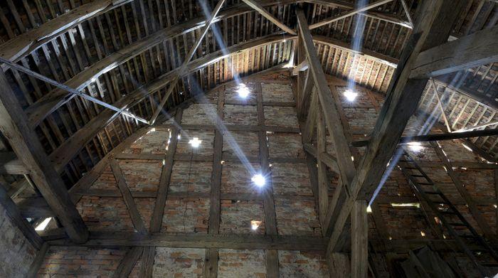 Abb. 2: Dachkonstruktion im Inneren des Schafstalls. © Landesamt für Denkmalpflege und Archäologie Sachsen-Anhalt, Gunnar Preuß.